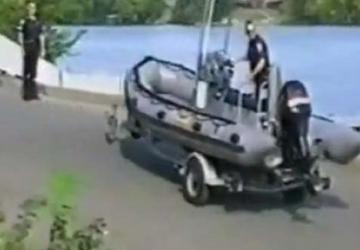Les policiers causent une catastrophe en mettant ce bateau à l'eau, un détail important oublié!