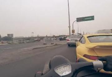 Il ne perd pas son temps dans le traffic...!!