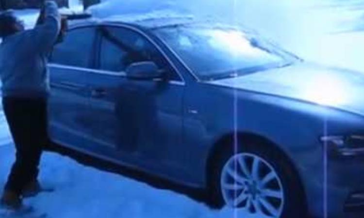 Cet homme a trouvé une façon très ingénieuse de déneiger sa voiture sans aucun effort!