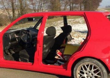 Sa voiture n'a ni portes, ni pare-chocs... attendez de voir l'excuse qu'il fourni aux policiers!!! :D