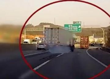 Ce camionneur a eu la frousse de sa vie... Ne quittez pas le camion des yeux, ce qui se produit est stupéfiant!