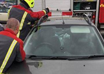 Le garçon de 14 mois s'est enfermé dans la voiture. Observez bien sa réaction!! La photo est devenue virale!!