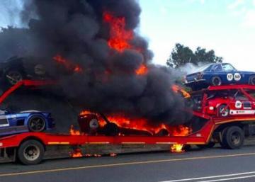 Une scène d'horreur captée sur le vif: un camion transportant des voitures de course prend feu...