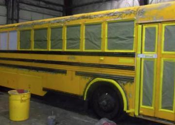 Cet homme vit avec sa femme et leurs 3 enfants dans ce bus scolaire, quand j'ai vu l'intérieur, je suis resté sans mots!