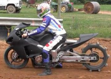 Une Hayabusa se déguise en moto de drag sur de la terre; sa performance est aussi impressionnante que sur une route!