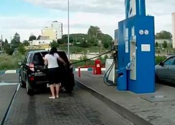 Ces femmes ont toutes un point en commun: elles ont beaucoup de difficultés à la pompe à essence! Essayez de ne pas rire!