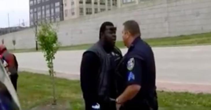 La chicane éclate entre un policier et un motocycliste et la raison vous laissera sans voix!