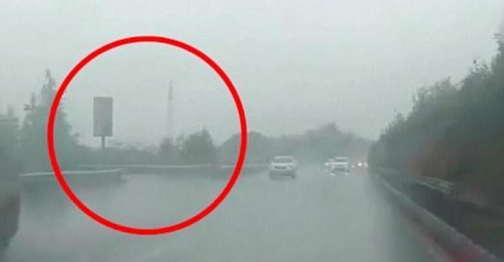 Elle fait un U-Turn en plein milieu de l'autoroute et sème le chaos autour d'elle!
