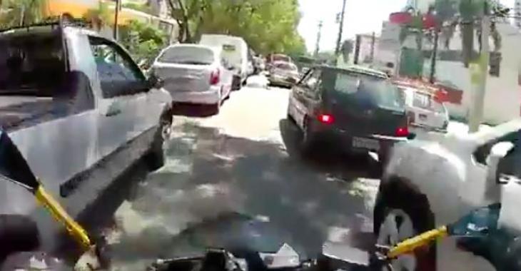 Ce motocycliste a un comportement extrêmement dangereux sur la route, et il filme le tout!