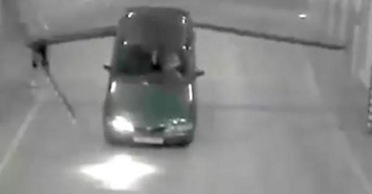 Une caméra de sécurité capte les images d'un accident vraiment très très bizarre!