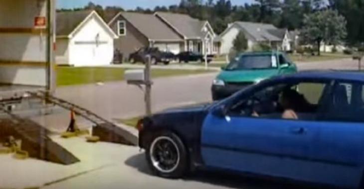 Ces idiots tentent d'embarquer la voiture dans le camion, mais à quoi ont-ils pensé?