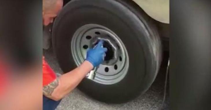 Cet homme possède la meilleure technique pour peindre ses roues; c'est génial!