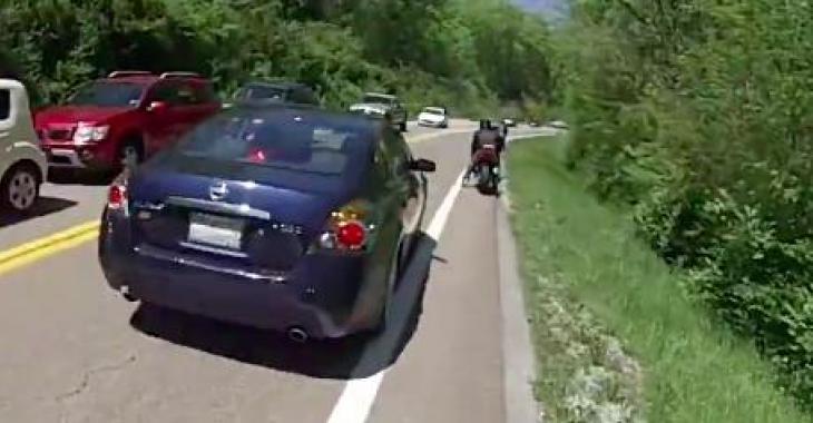 Un motocycliste vraiment très chanceux; Il aurait pu être blessé très gravement!