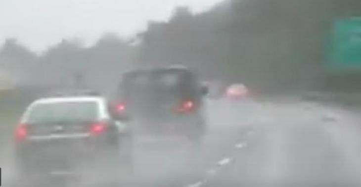 Un conducteur freine inutilement dans la voie de gauche, mais celui qui le suit lui réserve toute une surprise!