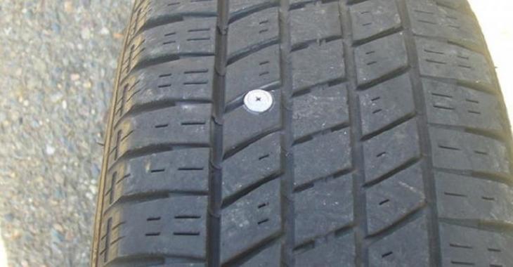 Le truc le plus facile et rapide pour réparer un pneu brisé par un clou, en plus c'est peu coûteux!
