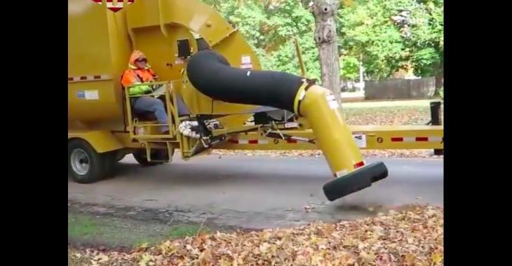 Cette machine aspire les feuilles en bordure de route de façon stupéfiante!