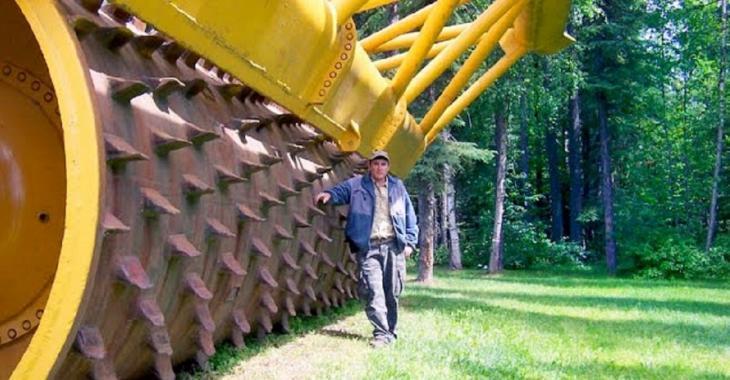 La plus grosse machinerie qui détruit tout le bois sur son passage, attendez de la voir à l'oeuvre!