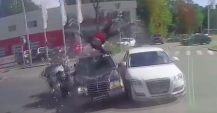 Un motocycliste passe sur une lumière rouge; ce qui lui arrive vous glacera le sang!