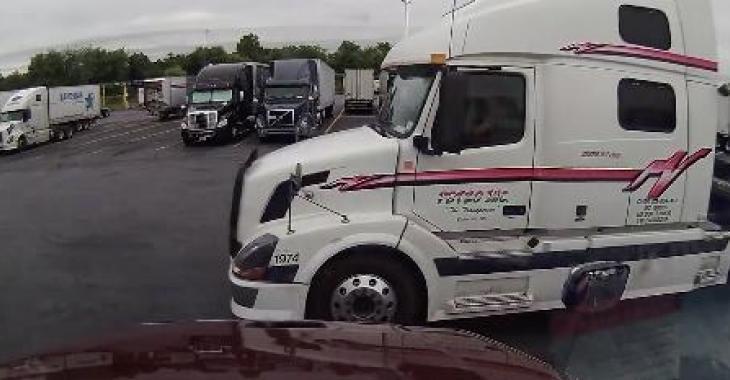 La DashCam de ce camion filme un stationnement, mais attendez de voir ce qui se produit!!!