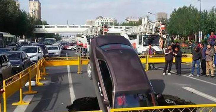 Une Rolls Royce Ghost disparait dans un trou en pleine rue!