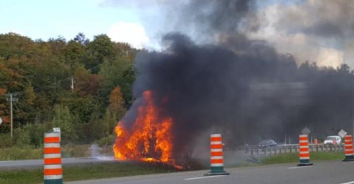 Un camion en feu cause la fermeture d'une importante autoroute