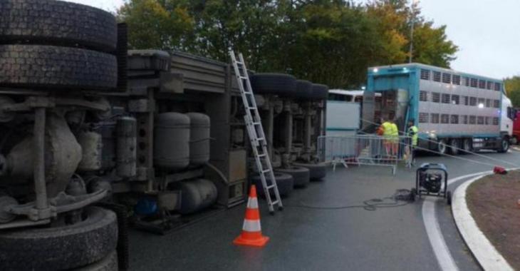 ROUTE BLOQUÉE |Un poids lourd transportant des matières chimiques se renverse sur la route