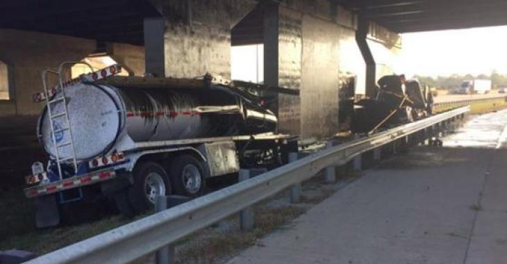 Un camionneur perd la vie suite à l'explosion de 2 pneus de son camion!