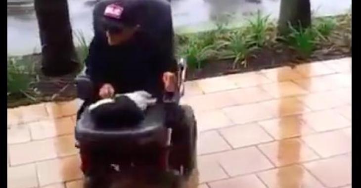 Ce qu'il s'amuse à faire avec son fauteuil roulant est tellement génial!