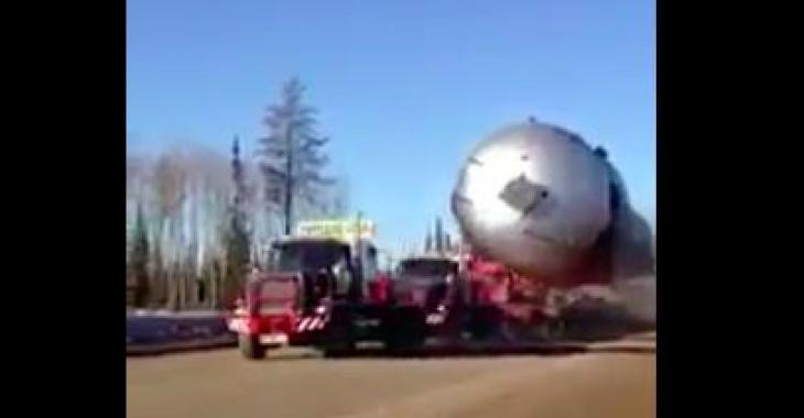 Ce camion transporte un gros, très gros chargement!