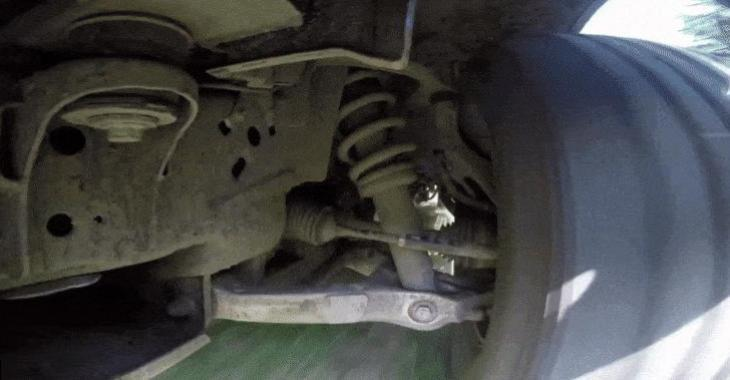 Les dessous d'un Ford Raptor qui fait du hors route sont fascinants à voir travailler! Ayoye!