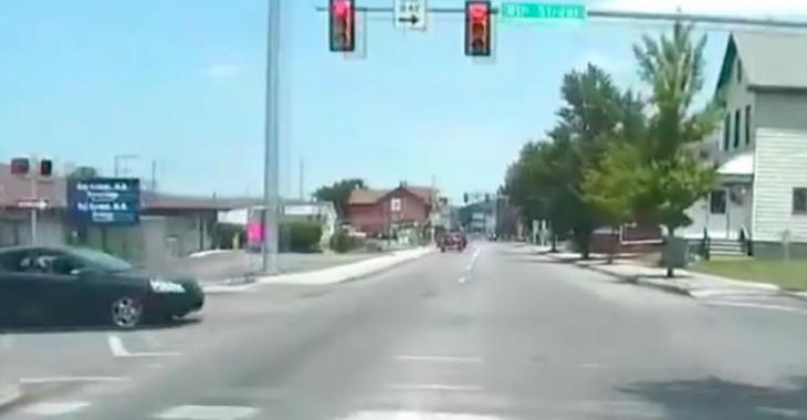 Il traverse paisiblement une intersection, quand un évènement inattendu se produit!