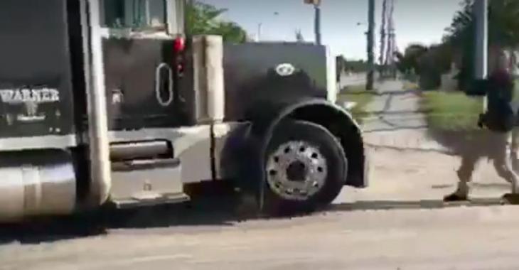 Ces gens se jettent devant le camion pour une raison complètement absurde et dont personne ne pourrait se douter!