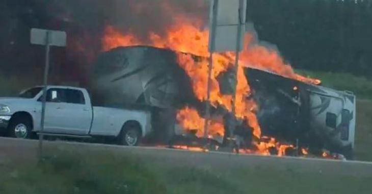 Une roulotte prend feu au Québec; les images sont d'une tristesse!