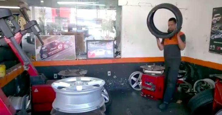 Il n'en est pas à sa première fois pour monter des pneus! Vous serez épatés en le voyant travailler!