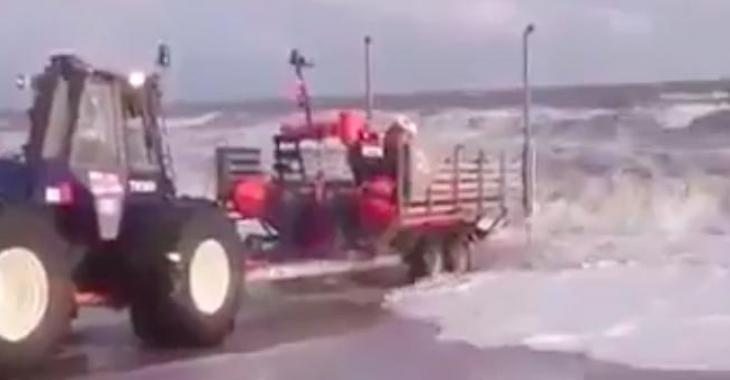 Ce tracteur tente de mettre une embarcation à l'eau, mais ce n'est vraiment pas une réussite!