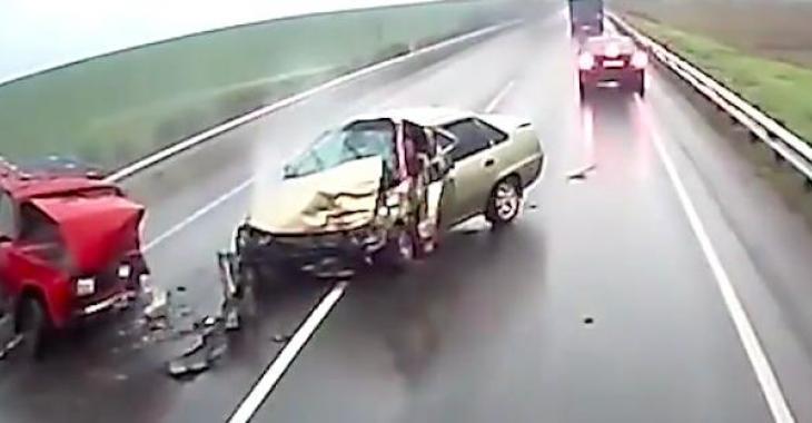 Des conducteurs distraits, qui se retrouvent au coeur d'accidents et les images sont effrayantes!