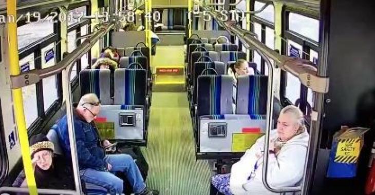 Ces gens sont paisiblement assis dans l'autobus, jusqu'à ce que l'impensable se produise!!