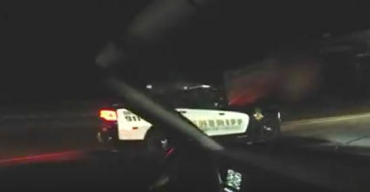 Ce policier fait la course contre des gens! Intelligent ou pas? Sympathique ou pas?