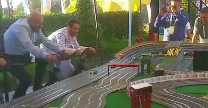 Ce concept de course de voitures est vraiment bien pensé; c'est divertissant et ça garde en forme!