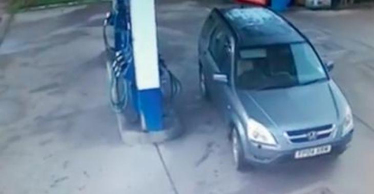 Elle ne sait plus de quel côté est sa trappe à essence; c'est hilarant! :D