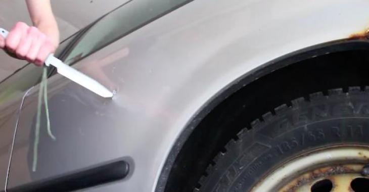 Il a oublié ses clés dans la voiture, la technique qu'il utilisera pour les récupérer vous laissera sans voix!
