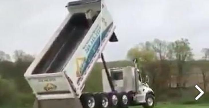 Ce que ce chauffeur arrive à faire avec son camion-benne est hallucinant! Vous serez épatés!