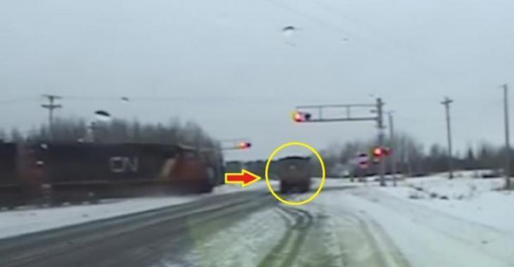 Encore un camion qui se fait frapper par un train, ça fait peur!