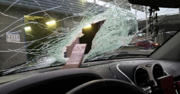 Le camion devant lui laisse échapper un morceau de métal dangereux, son pare-brise est totalement défoncé!