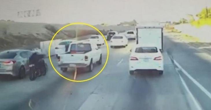Cet idiot dans son pick-up blanc frappe le motocycliste par exprès, c'est insensé!