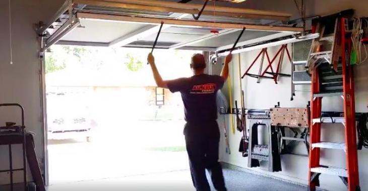 Ce que cet homme fait quand sa porte de garage est ouverte est tout à fait génial! Vous voudrez absolument faire la même chose!