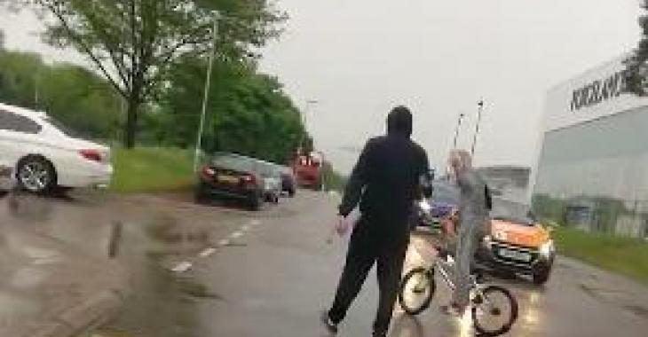 Ce conducteur se venge de ces 2 personnes qui bloquaient la route; et c'est absolument parfait et mérité! Hahaha