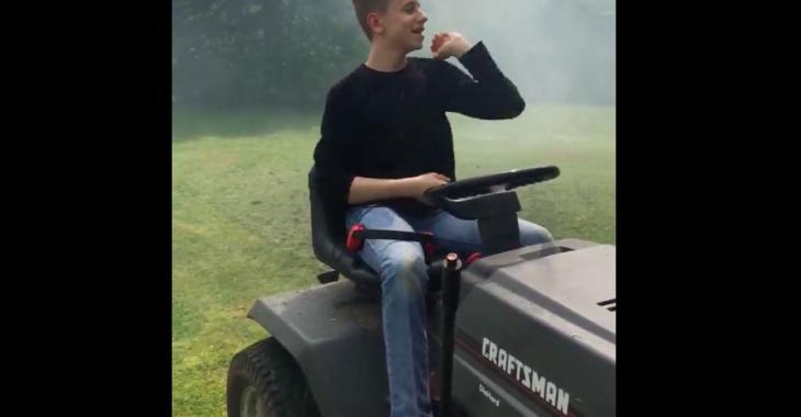 Il tond la pelouse sur son tracteur, mais quelque chose ne tourne pas rond avec le tracteur! C'est tout simplement hilarant!