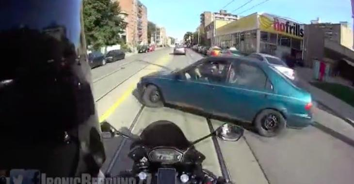 Une voiture surgit de nul part et fait faire une culbute effrayante à un motocycliste!