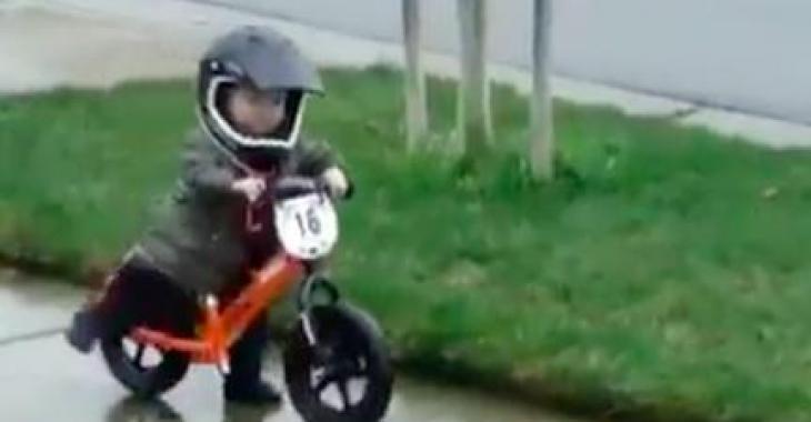 Ce petit bonhomme commence très tôt sa carrière de motocycliste!